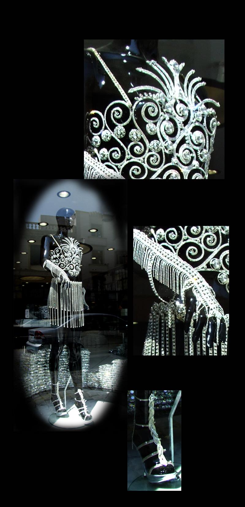 mannequin habillé d'éléments de bijouterie fantaisie, strass et chaînettes argentées