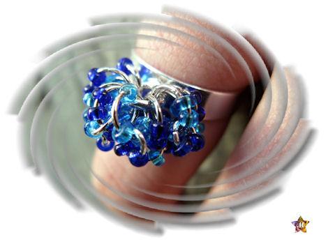 Bague argentée avec petites perles bleues