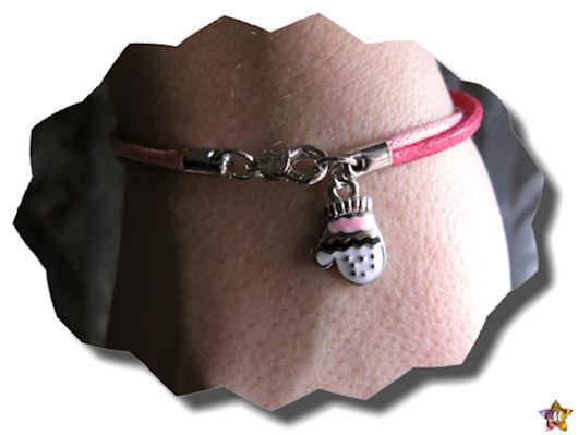 Bracelet rose avec un petit gant assorti