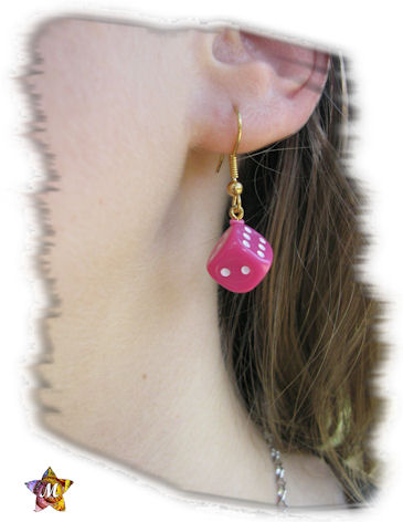 boucles d'oreilles dorées avec petits dés roses