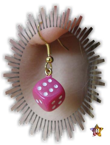 boucles d'oreilles dorées avec petit dé rose