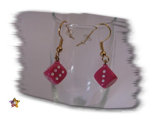 bboucles d'oreilles dorées avec petit dé rose