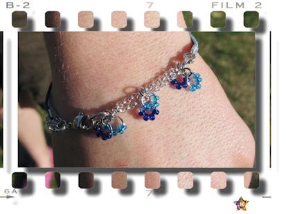 Bracelet bleu et argenté avec de petites perles bleues