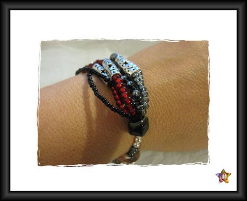 Bracelet en perles grises et rouges et tubes argentés