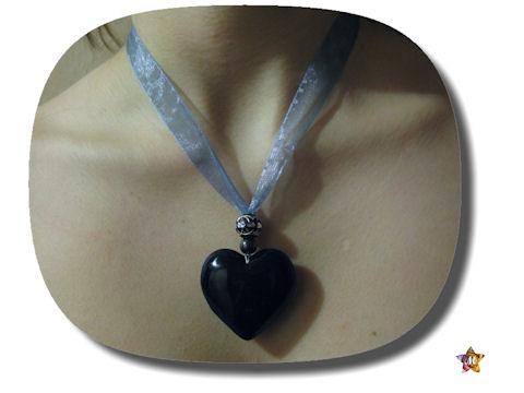 Collier organza bleu et coeur en verre noir sur perles