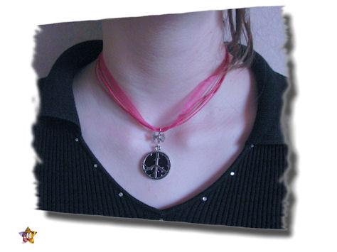 Collier fuschia avec Peace and Love violet foncé et petit noeud