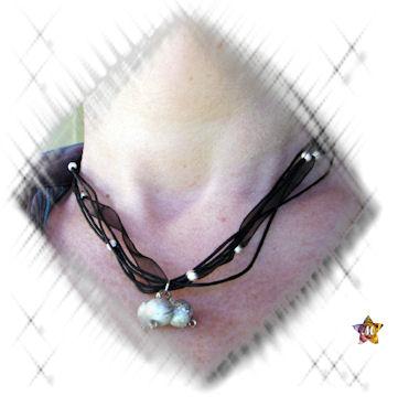 Collier noir avec de grosses et petites perles grises argentées