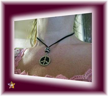 Collier Peace and Love avec perle noire argentée