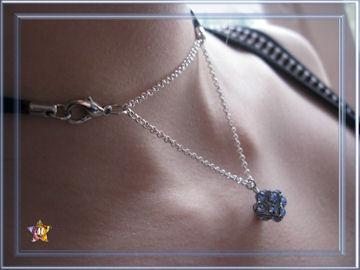Collier noir avec pendentif strass bleus