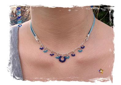 Collier bleu et argenté avec petites perles bleues