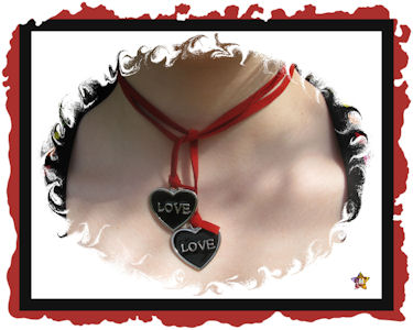 Collier Rouge avec pendentifs Love noirs