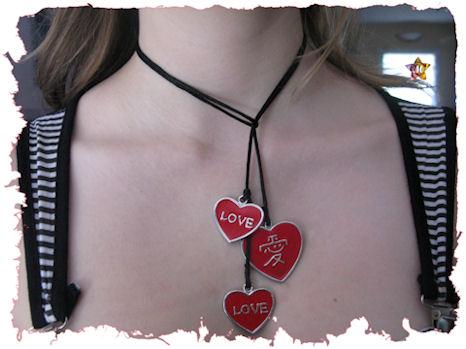 Collier avec trois coeurs rouges