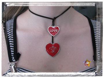 collier noir avec deux coeurs rouges
