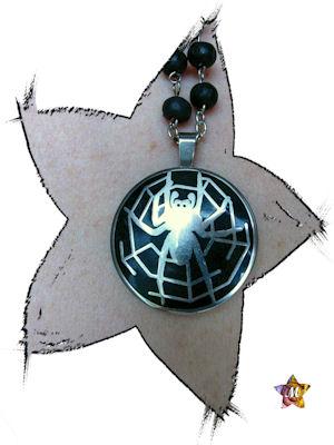 collier en perles bois noires et medaillon araignée