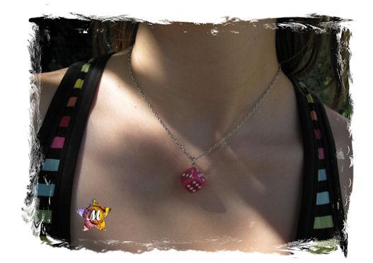 collier argente avec un gros de rose