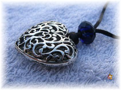 Collier avec un gros coeur filigrane et une perle bleue