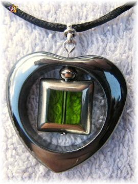Collier avec un gros coeur en hematite et une perle carrée verte