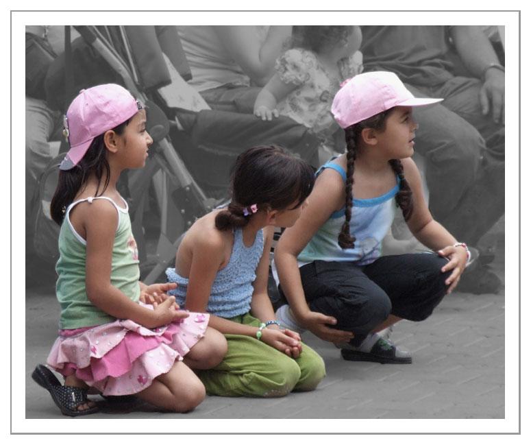 trois fillettes au spectacle