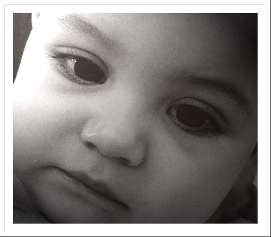 Bébé rêveur en noir et blanc