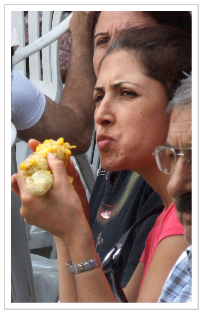 spectatrice mangeant du maïs