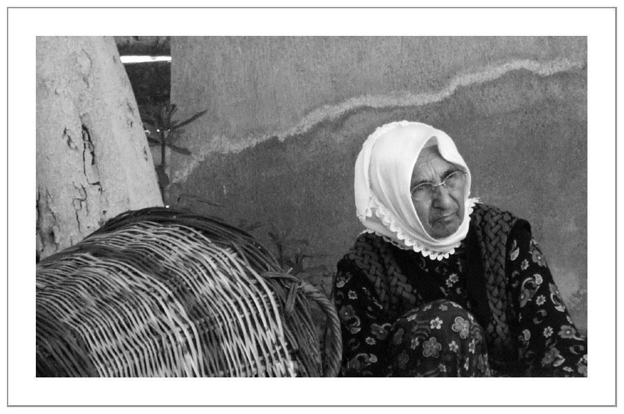 Grand-mère au panier