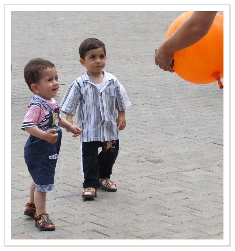 les enfants et le gros ballon orange