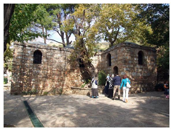 Façade arrière : sortie de la Maison de la Vierge Marie