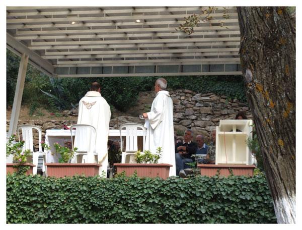 Messe dominicale pour des fidèles Italiens à Meryemana