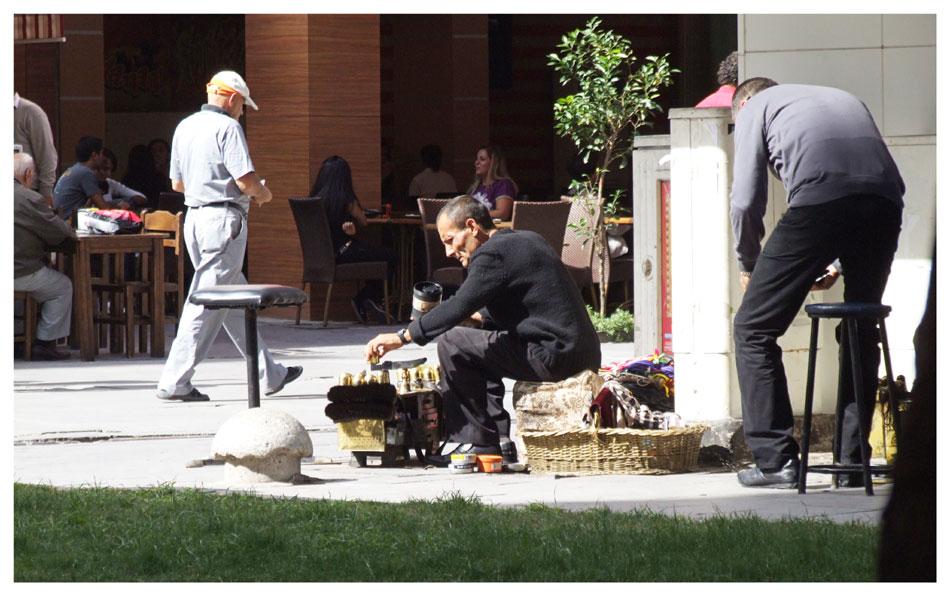 cireur de chaussures dans les rues d'Izmir