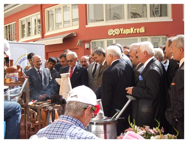 Le gouverneur d' Izmir visite les stands d' artisanat traditionnel