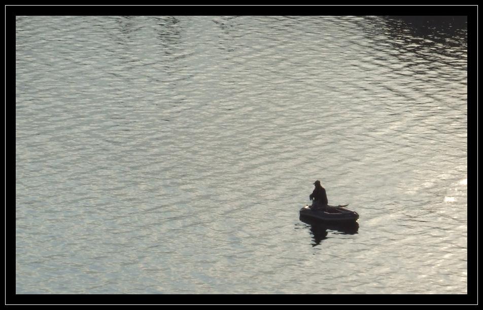 Pêcheur solitaire en mer