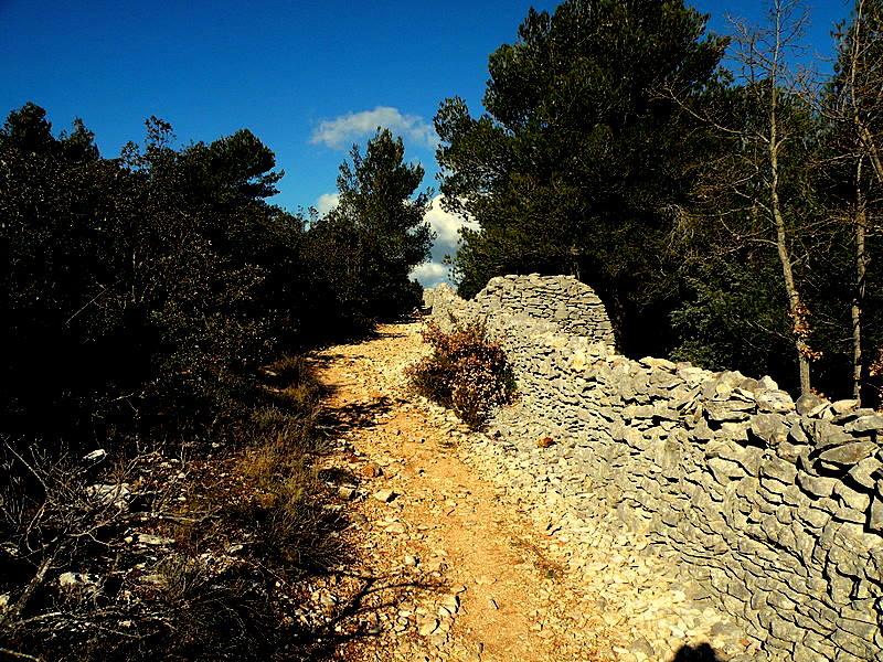 Cabrières d'Avignon-Le Mur de la Peste