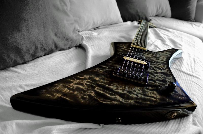 Essai HDR: Mettre en valeur une table de guitare. 2bessai