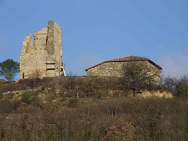 La tour médiévale toise les maisons modernes